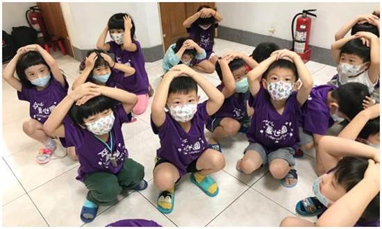童心園防災教育,帶領孩子實際演練。