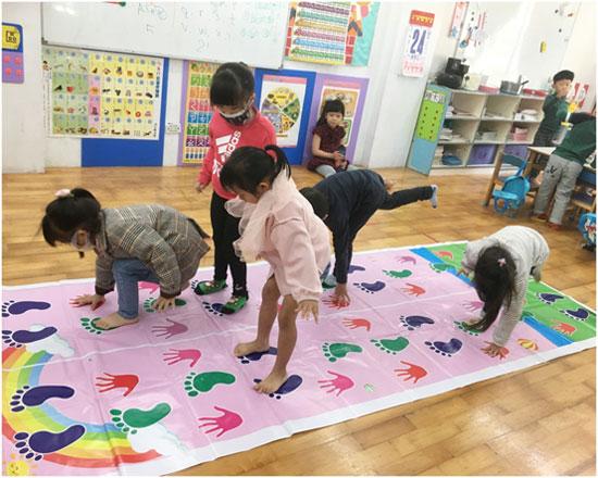 可多人同時進行的手腳爬行運動,孩子玩得好開心。