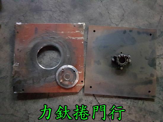 高雄力釱捲門維修師傅將磨損的四角板零件拆卸下來,另安裝新零件,順利讓鐵捲門運作。