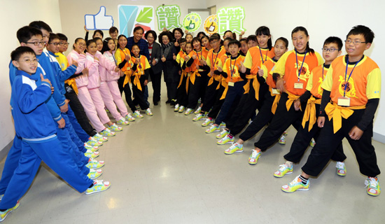 客製化機能團體鞋!高雄小港區鳳鳴國小十鼓隊大秀手繪創意鞋子。
