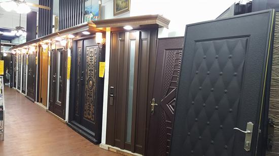 高雄上牌金屬門窗展售中心現場有多款內、外玄關門及氣密窗、隔音窗可以參觀。