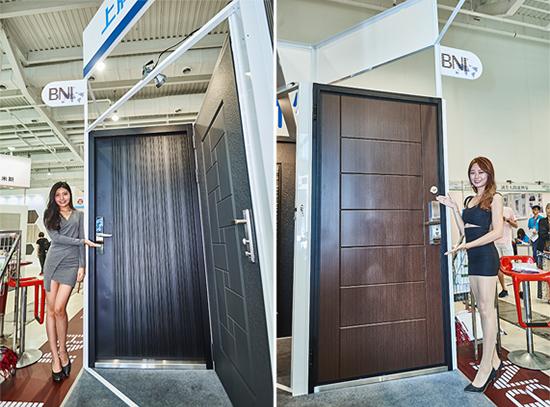 高雄『上牌金屬門窗』推出旗鑑版「黑砂色條碼鑄鋁大板雕門」,室外及室內的門板猶如藝術門面。
