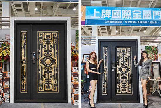 高雄上牌金屬門窗於建材展現場展示富設計感的「黑細砂古龍盤鼎子母門」。