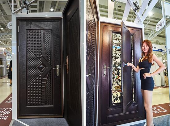 高雄上牌金屬門窗請模特兒展示「紅古銅鍛造門中門」室外、及室內效果。