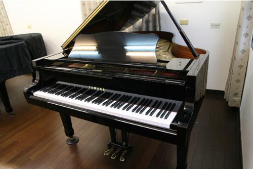 高雄世國琴行日本原裝中古鋼琴~讓您在家彈琴「高貴不貴」!二手鋼琴月租只要700元,十分值得推薦。