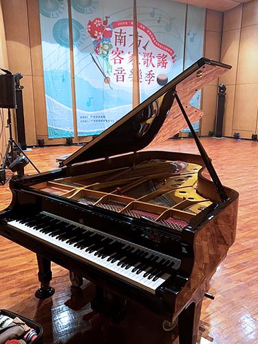 六堆客家文化園區音樂祭舞台的鋼琴,由高雄世國琴行到場調音。
