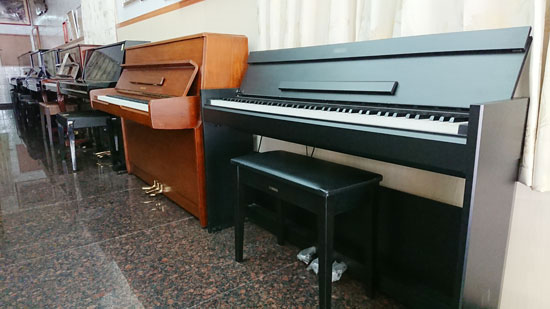 比較傳統鋼琴及數位電鋼琴,兩者大小相差不大,傳統鋼琴卻更顯質感!