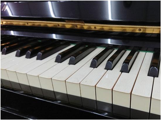 使用天然象牙貼合在琴鍵表面的中古鋼琴,市面上已越來越稀少了。