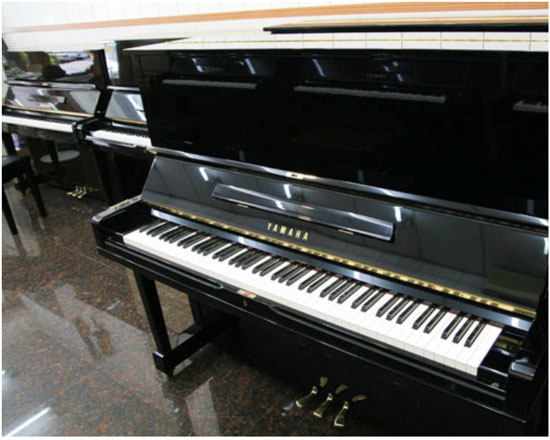 服務到位!世國琴行可代客挑選中古鋼琴。