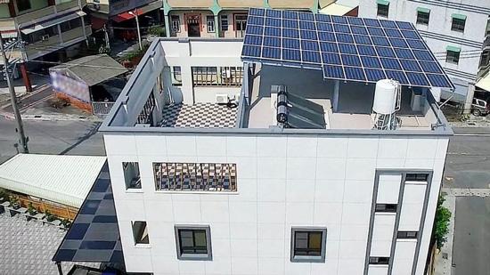 頂樓太陽能面板安裝完成後,開啟了種電賺錢、遮陰省電的人生!
