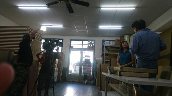 高雄大益榻榻米老闆林桑時常接受採訪,透過鏡頭介紹榻榻米這項生活藝術。