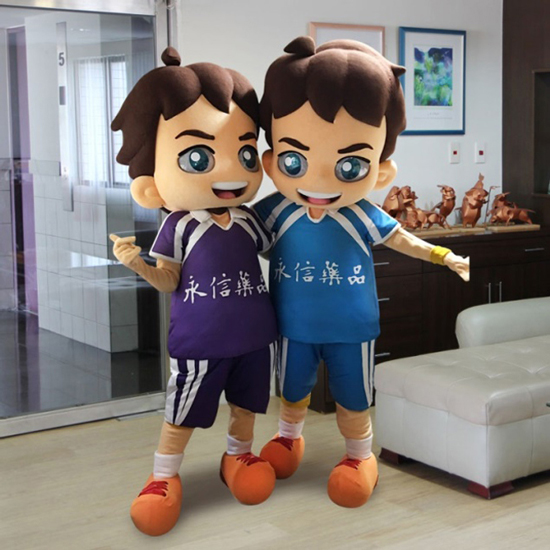 上圖為永信盃排球賽吉祥物「勇仔」,就是由仲威製作人偶裝。