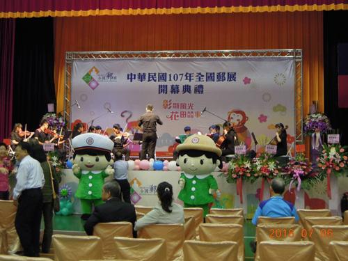 絨毛氣偶裝重量輕、摺疊方便,讓操偶師輕鬆帶著郵政寶寶表演,與民眾互動。