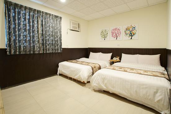 楓雅商旅簡約風的裝潢設計,住宿品質極佳!採用自然風熱泵熱水器,供應熱水不間斷。