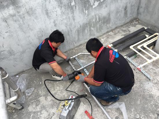 自然風熱泵師傅為楓雅商旅安裝熱泵熱水器系統,每道環節都不馬虎。