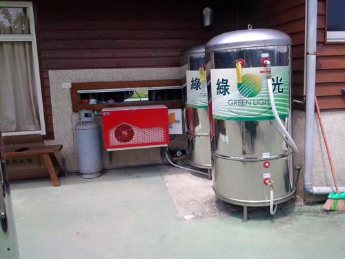 「自然風熱泵熱水器」加熱成本低、節能省電效能一流,鍍鋅鋼板材質堅固又耐用,安裝在室內、室外的通風處都適合。