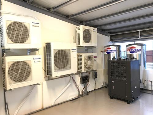 屏東車城「晴 陽光民宿」把自然風熱泵熱水器主機、壓力桶還有民宿房間冷氣的室外機全部放在頂樓遮蔽地方,相信能讓機器使用更加穩定。