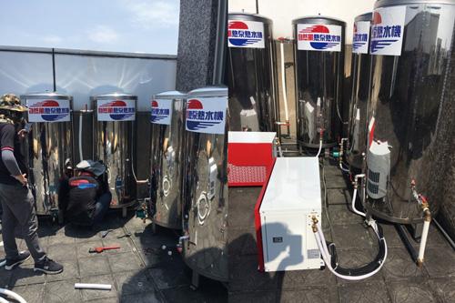 經專業評估與規劃,自然風熱泵師傅到場安裝2台熱泵主機、4個保溫桶。