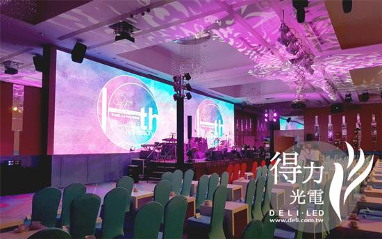 漢來飯店及漢神巨蛋宴會廳的40米全彩LED電視牆,將婚禮影片做最完美的呈現。